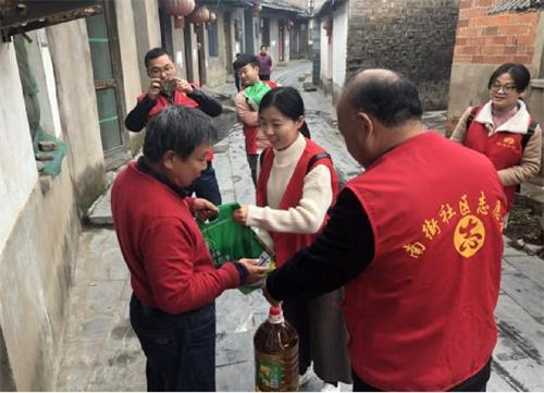 看望孤寡老人心得_慰问孤寡老人温情传递暖人心-中国法治