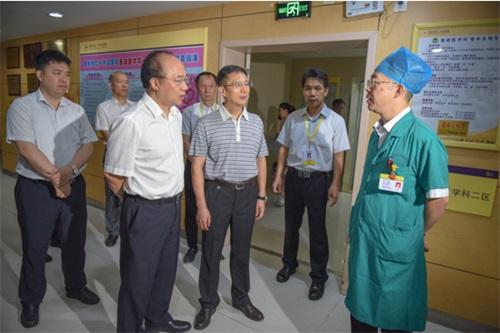 自治区卫生康健委党组书记、主任廖品琥一行到梧州市红十字会医院调研